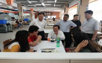 重庆市吴刚副市长在我校学生食堂了解学生的生活情况