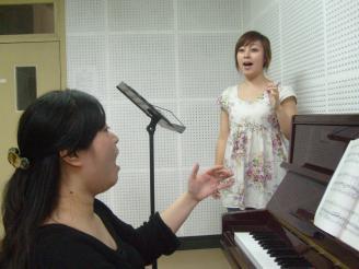 教师指导学生做发声练习