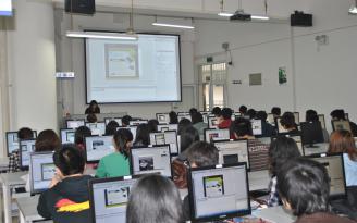 学生在电子编辑室实验室实践